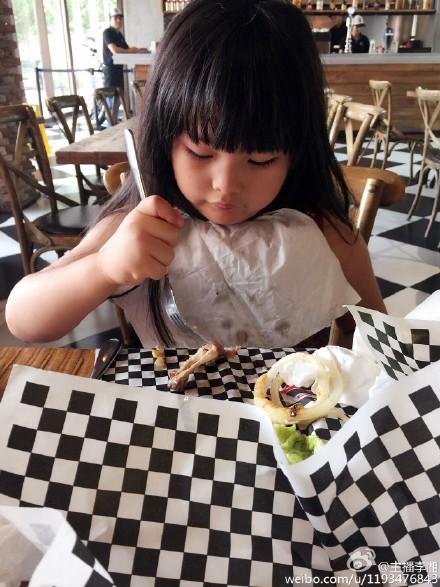 王诗龄专心吃饭