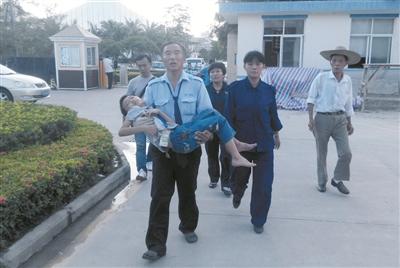 公交车司机抱着一名面色苍白的孩子,急匆匆地往中医院急诊室跑去。 本报记者 吴英印 摄