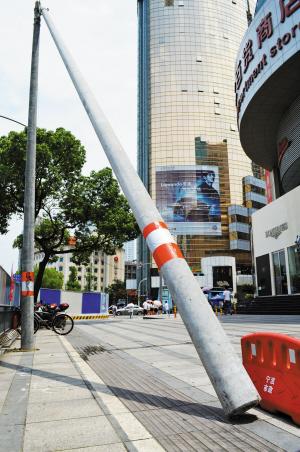 东门口斜撑着的水泥杆。记者 马涛 摄