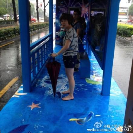 网友拍摄的海洋系公交站台。