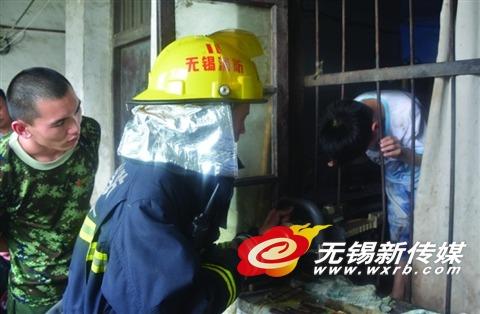 救援头被卡在铁栅栏里的男孩。(照片由消防支队提供)