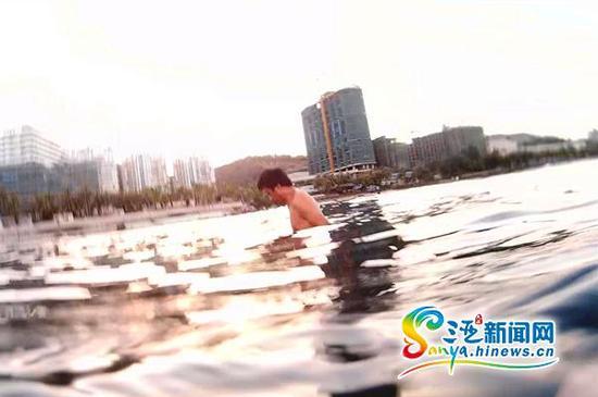 市民小娜在大东海国家级级珊瑚保护区用潜水相机拍摄到一名男子盗采珊瑚。(市民小娜提供)