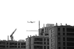 6月17日,一架客机从鄞州大道附近新建楼盘上空飞过 记者 张培坚 摄