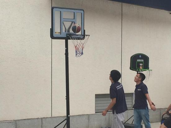工作之余志愿者们打篮球放松