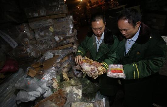 """深圳查获""""僵尸肉"""" 冷冻费每吨每年仅17元"""
