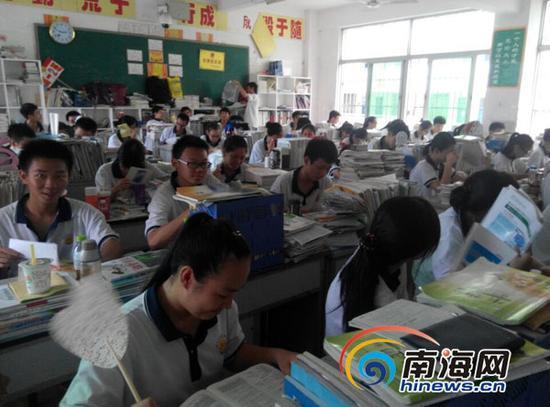 学生在闷热的教室里学习