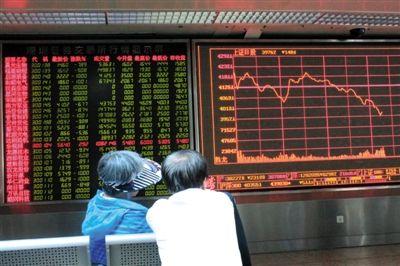 7月2日下午2点,东直门一证券交易厅内两位股民在讨论沪指走势。