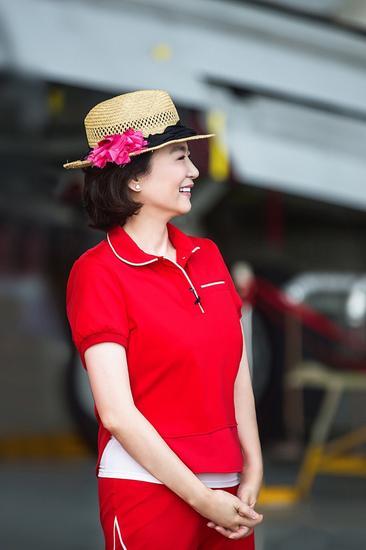 林青霞穿红色运动套装