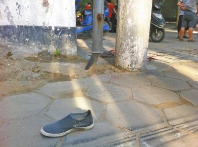民警在高压线杆下,发现了死者的另一只鞋子和大片血迹。