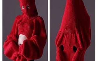 重庆女大学生设计百变大红毛衣