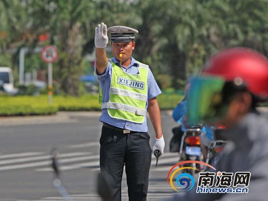 7月2日下午15:30,天气依然炎热,此时在海口市龙昆南大转盘,琼山交警大队5中队中队长梁庚平正带着几名协警在该路口执勤。