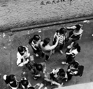 商洛双语学校十多名女生在校外殴打一女生