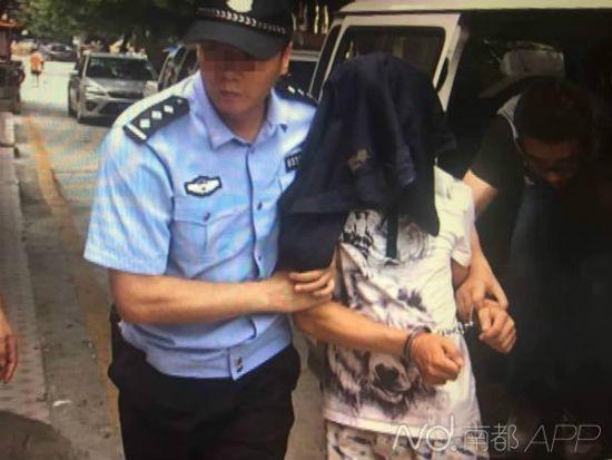 犯罪嫌疑人唐某被带返出租屋调查。