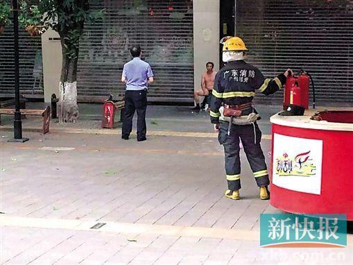 昨天15时40分,一男子带着一小孩拿着易燃易爆物品来到北京路一店铺门口欲非法表达诉求。目击者供图