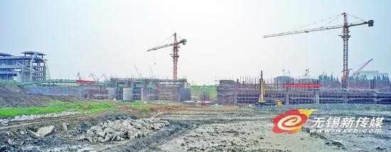 昨天,工人们在新沟河入长江口建设枢纽工程。