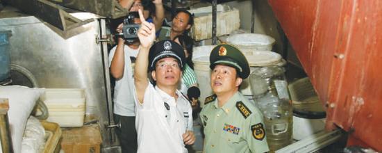 7月3日,河南省公安厅党委书记许甘露(左)突至银基商贸城查消防