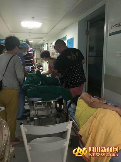 7月4日晚11时50分,受伤男孩(画面前方绿色床铺上)被推出手术室