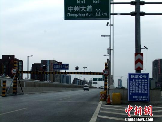 横亘在郑州南三环高架桥上的限高栏,限高2.5米,普通中巴车不能通过。