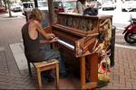 流浪汉街头弹钢琴 火遍facebook