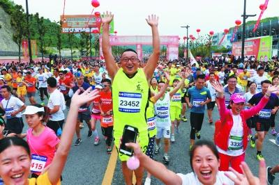 参赛选手起跑时欢呼雀跃