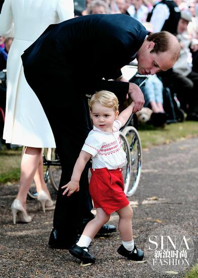 一身白衣红裤子的小王子顺理成章抢头条成功