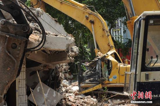 广州拆迁楼房发生倒塌 施工钩机司机身亡