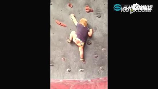 还没学走路已会攀岩!22月婴儿成攀岩高手