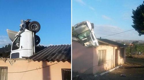 近日,南非德班的一辆汽车在出事冲下公路后,直接从屋顶掉进了沿路居民的房子里。