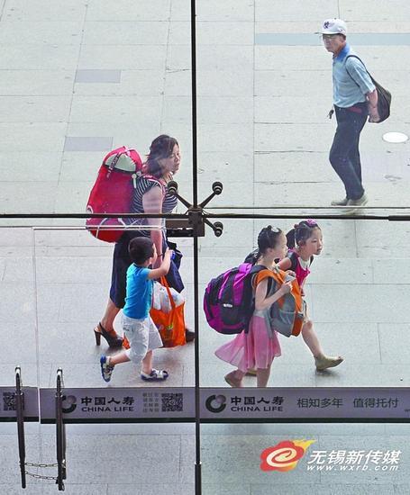 7月初,无锡火车站迎来一年一度的暑运,日均客流量突破5万人次。
