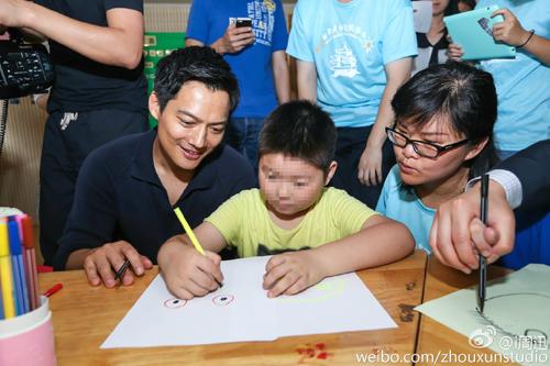 高圣远陪自闭症少年画画