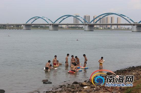 未成年人结伴游泳(南海网记者马伟元摄)