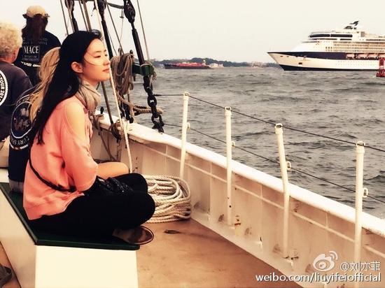 刘亦菲船上看海