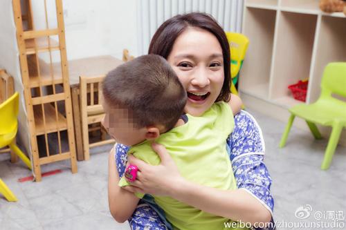 自闭症少年给周迅一个大大的拥抱