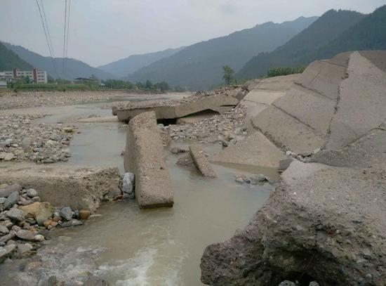 图片说明:被冲毁河堤现场