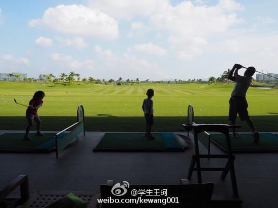 王珂和儿女打高尔夫画面温馨