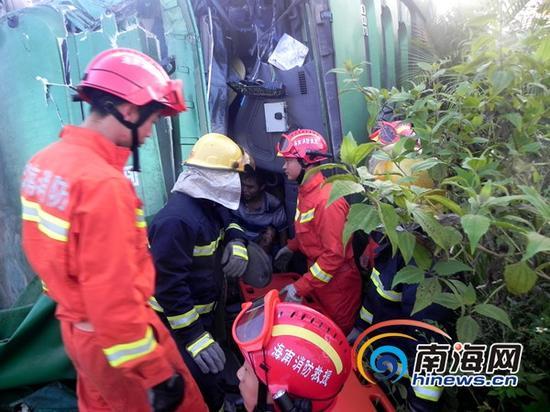 消防官兵在事故现场解救被困人员(通讯员吕书圣摄)