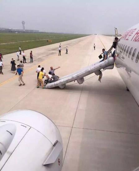 2015年7月8日,网曝合肥飞往广州的HU7244航班起飞后发现后货舱起火,事后飞机紧急返航,紧急撤离过程,有旅客受伤。