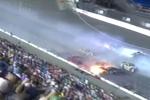 赛车连环相撞护栏解体