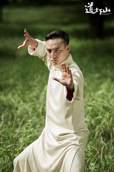 张震白袍宗师造型
