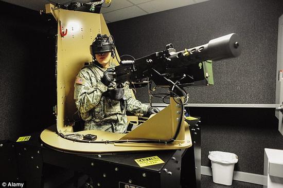 一名美国士兵正使用步兵训练系统。该系统为使用者提供了一个身临其境的战场模拟环境。