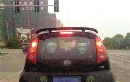 """在后排的挡风玻璃上的""""魔鬼面具"""" 网友图"""