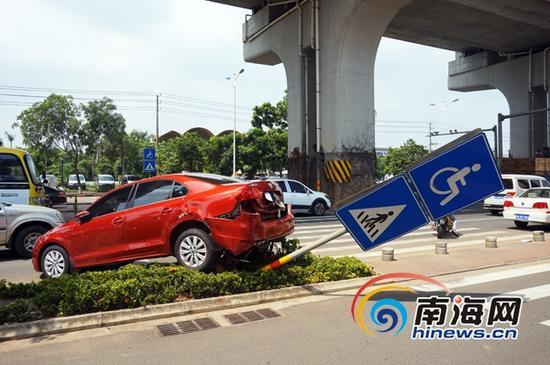 """小轿车""""失控""""倒车压扁摩托车。(南海网记者陈丽娜摄)"""