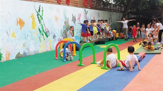 海口博爱幼儿园的老师带着孩子们做游戏。海南日报记者 侯赛 摄