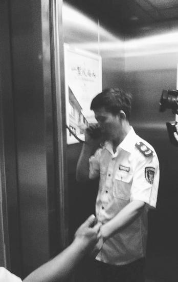 检查电梯通讯设备。摄影记者孙振芳