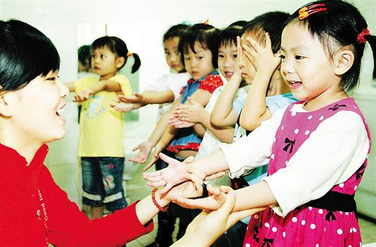 午饭前,小朋友将小手伸到老师面前,老师则认真检查孩子们的手是否真的洗干净了。海南日报记者 苏晓杰 摄