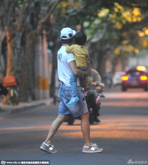 邓超抱孩子过马路