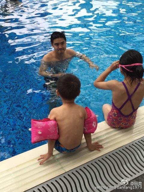 田亮带两娃游泳