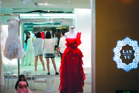 消费者在兰玉高级定制选购礼服