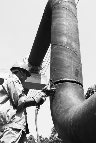 工人在焊接供汽管道