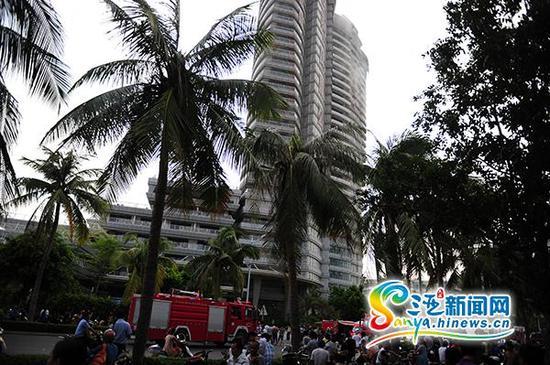 7月9日下午,三亚市河东路的保利凤凰公馆的21楼发生火灾。(三亚新闻网记者沙晓峰摄)